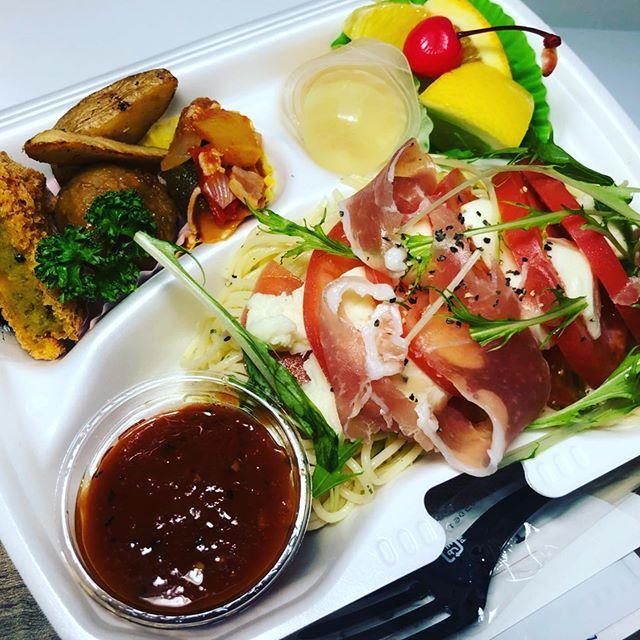 本日の冷製パスタは、生ハムとモッツァレラのトマトソースパスタシェフおすすめの一品となっております。野菜もしっかりと採れる内容をご考案していきます!!名古屋駅那古野交差点付近にて、お弁当販売しております。是非ご利用ください。#イベント#ホットミール#ビーフカレー#手毬寿司#手まり寿司#寿司#ケータリング#デリバリー#お弁当#懇親会#ビュッフェ#立食#ランチボックス#サンドウィッチ#昼食#会議#研修#スイーツ#デザート#ドリンクサービス#控室#呈茶#フィンガーフード#二次会#2次会#irodori#彩り#お弁当販売#冷製パスタ